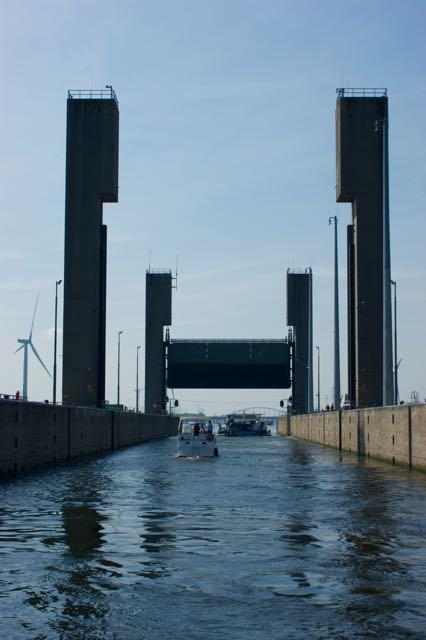 Als laatste varen wij uit de Kreekraksluis in het Schelde Rijn Kanaal richting Antwerpen