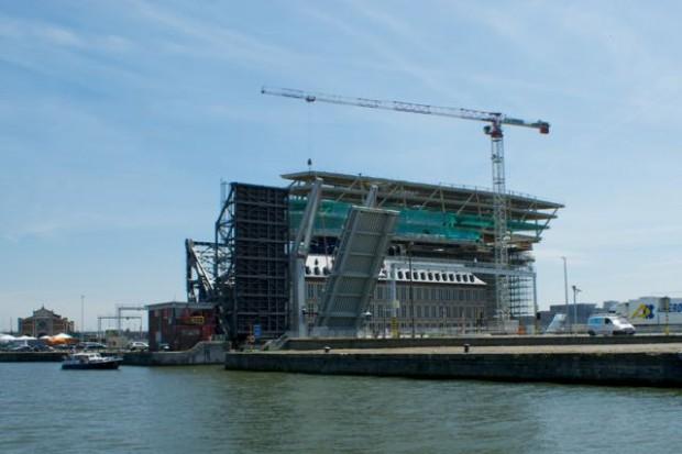 Bij de Siberiabrug wordt een groot nieuw pand gebouwd het 'Havenhuis'