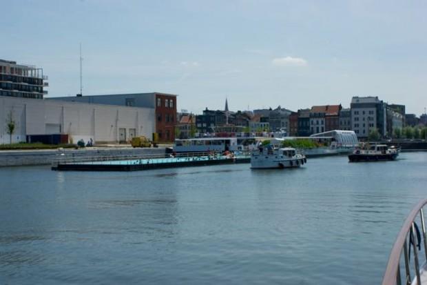 In het Kattendijkdok tussen de Londenbrug en de Siberiabrug zorgt de Badboot voor verfrissing