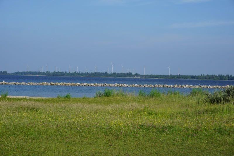 Het strand met de golfbreker voor de kust van het kunstmatig aangelegde eiland Mosselbank