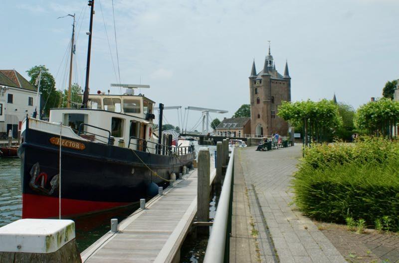 Zicht op de Zuidhavenpoort met een carillon in de toren