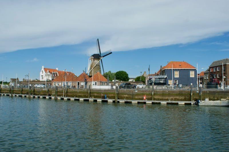 Het Blauwe Bolwerk bij Korenmolen Den Haas aan de haven van Zierikzee
