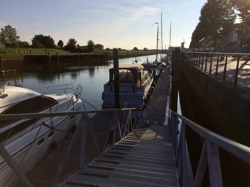 De aanlegsteiger van de haven van Zierikzee met laag water
