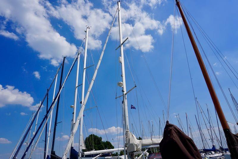 Overwegend zeilboten in de jachthaven van Wemeldinge