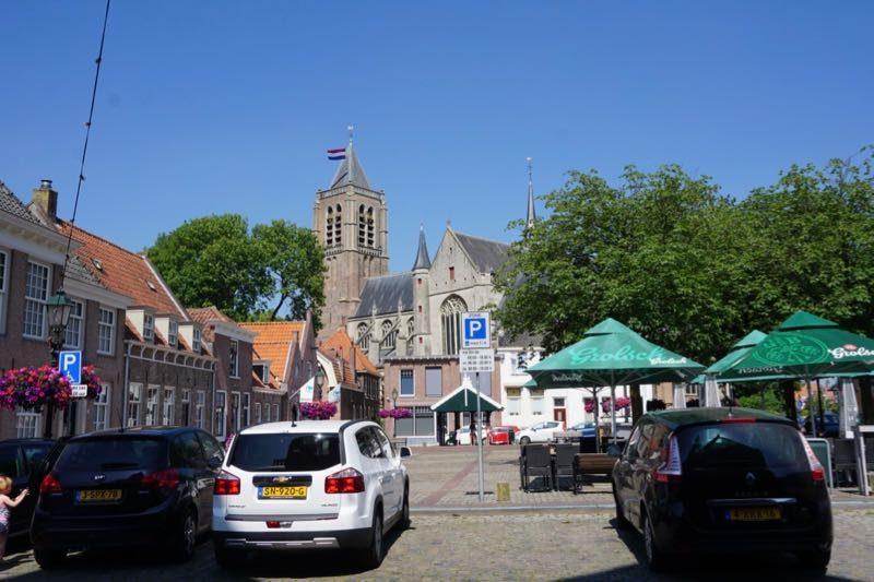Het marktplein van de stad Tholen met de Grote Kerk