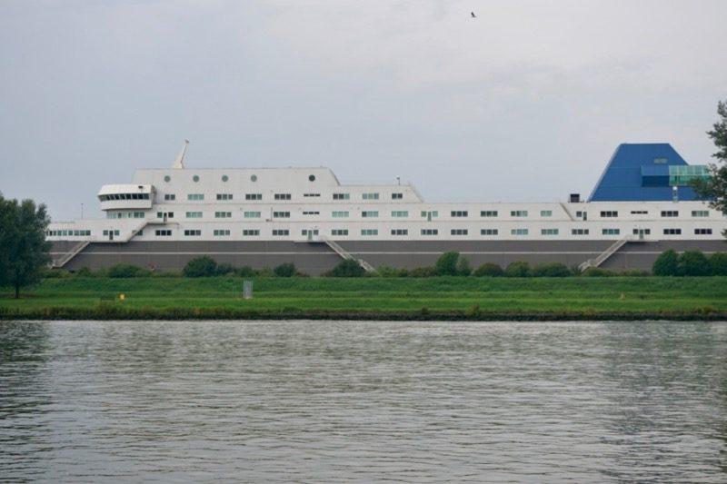 Langs de Noord staat dit bijzondere gebouw in de vorm van een groot schip