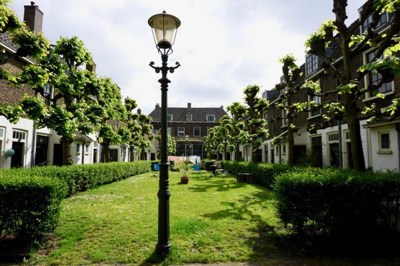 De binnenplaats van het proveniershuis in Schiedam