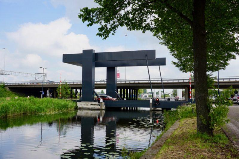 Verschillende lage bruggen en viaducten aan het begin van de Schie in Schiedam