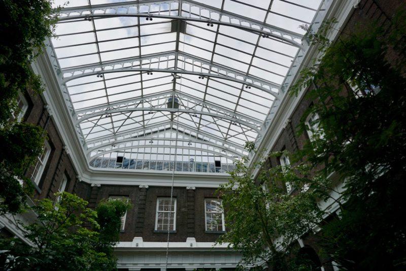 Een glazen dak op de binnenplaats van de Korenbeurs in Schiedam
