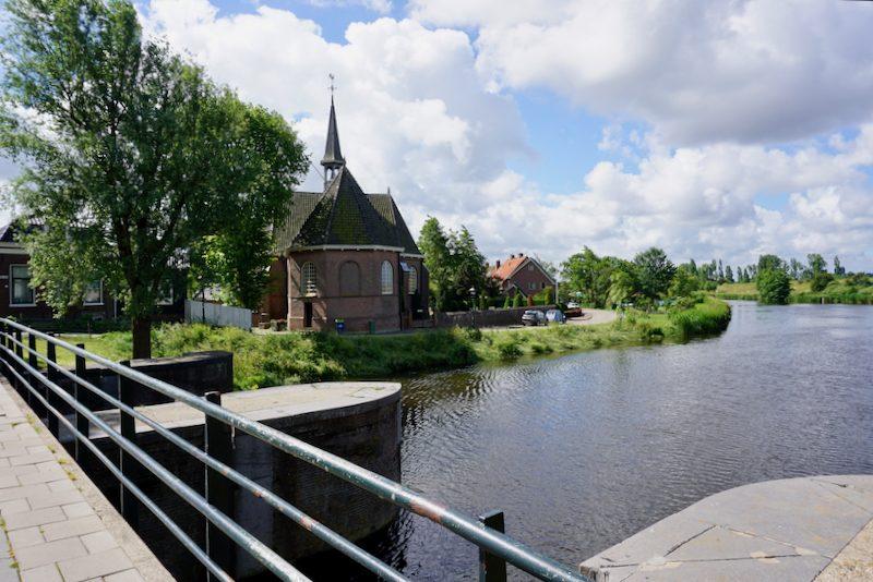 De Oude kerk langs het boezemkanaal in Spaarndam