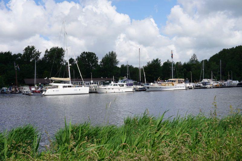 Aan de buitensteiger van WV IJmond in Zijkanaal-C