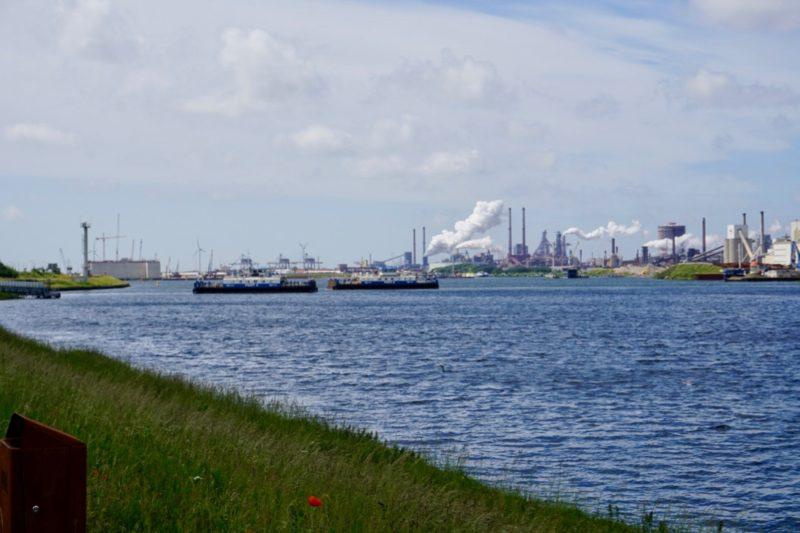 Twee veerboten in het Noordzeekanaal voor IJmuiden