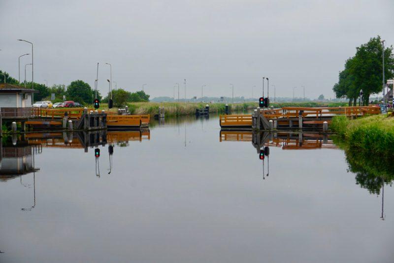 De eerste Vlotbrug in het Noord Hollands Kanaal bij Koedijk