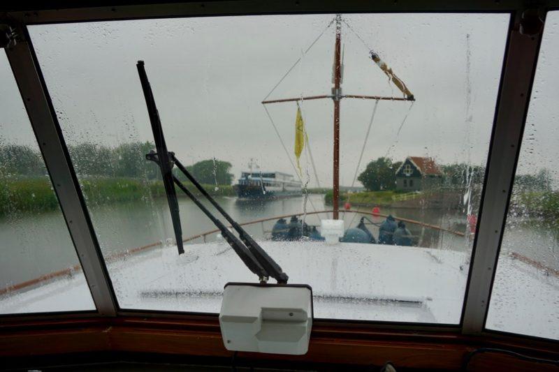Varen in de regen op het Noord Hollands Kanaal