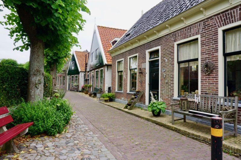 Straatje rond de Maartenskerk in Oosterend, Texel