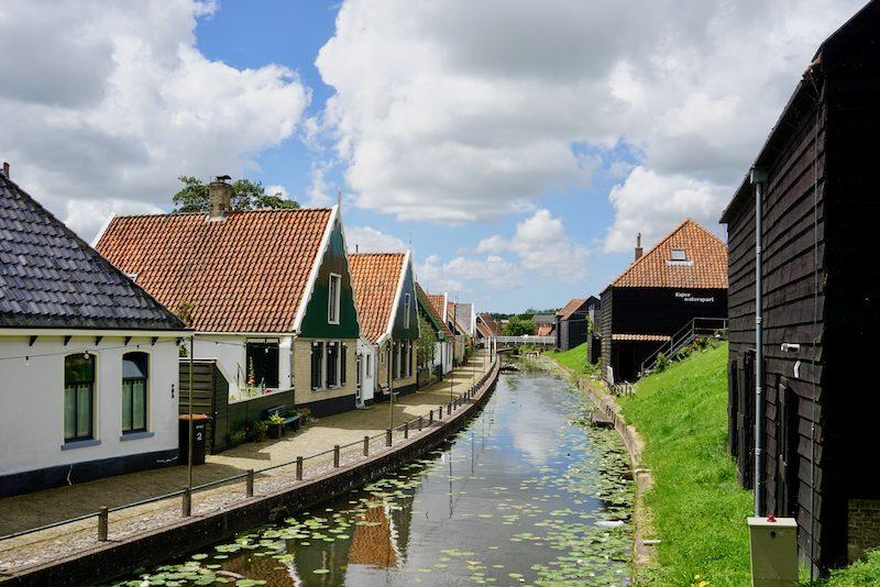 Het dorpje Kolhorn aan de Westfriese Omringdijk