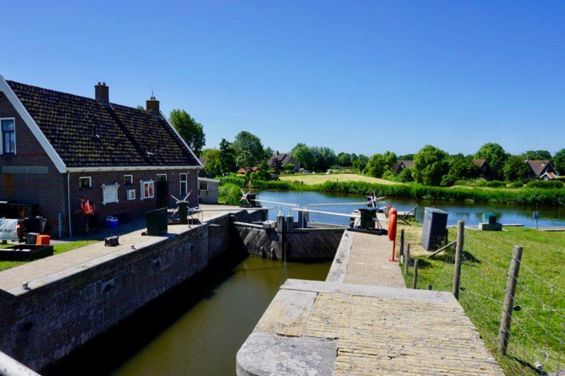 De gerestaureerde sluis bij het dorp Oudesluis