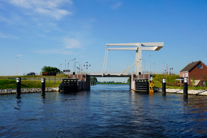 De brug bij de Meppelerdiep keersluis in Zwartsluis
