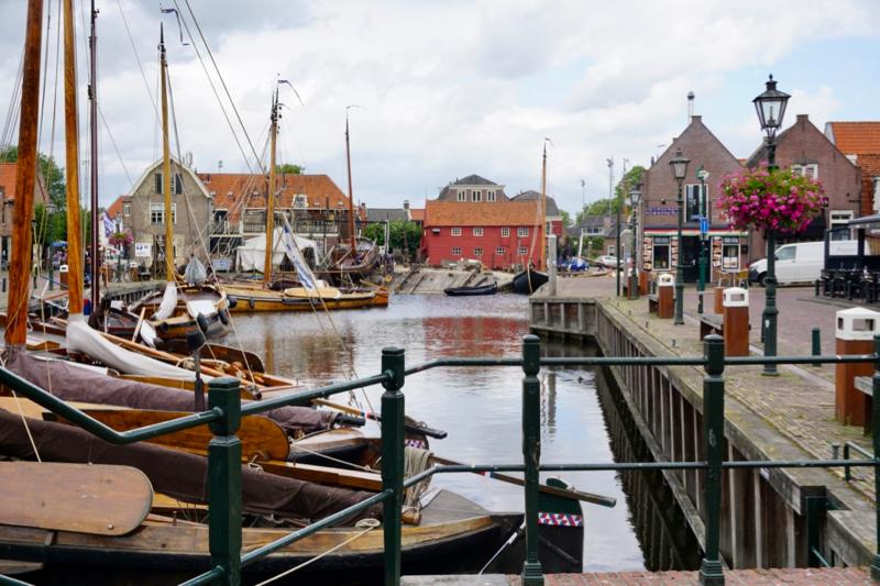 Oude botters in de historische havenkom van Spakenburg