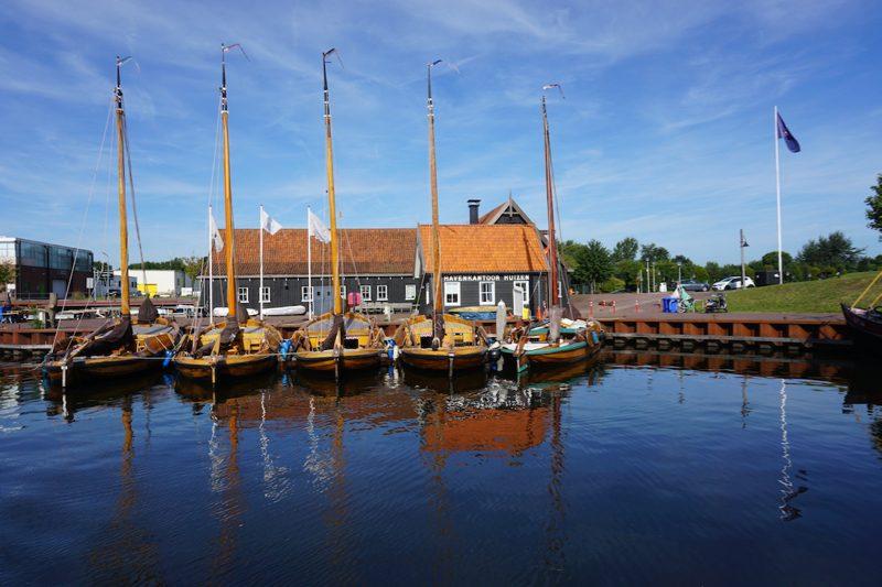 Het havenkantoor van de gemeentelijke haven van Huizen
