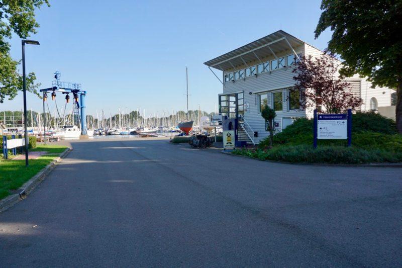 Het havenkantoor van Jachthaven Naarden