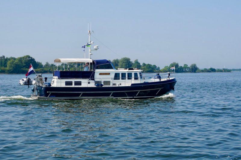 Oude bekenden van de Lucullus uit Almere passeren op het IJmeer