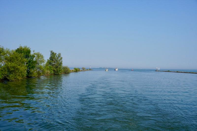 De invaart bij Muiden vanaf het IJmeer