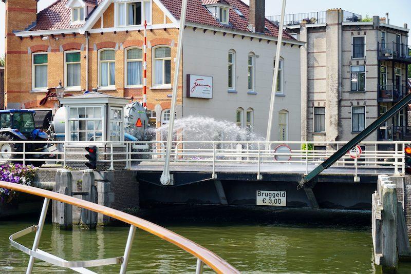 Brug in Weesp wordt gekoeld met water