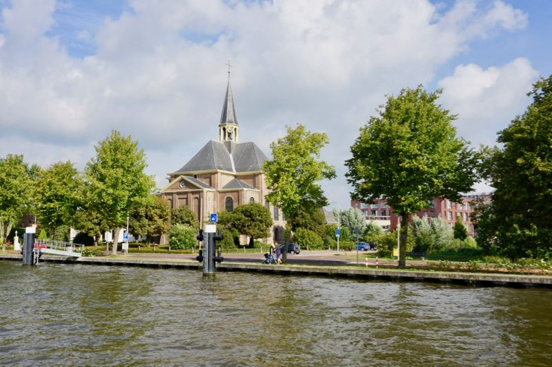 De Oudhoornse kerk langs de Oude Rijn bij Alphen