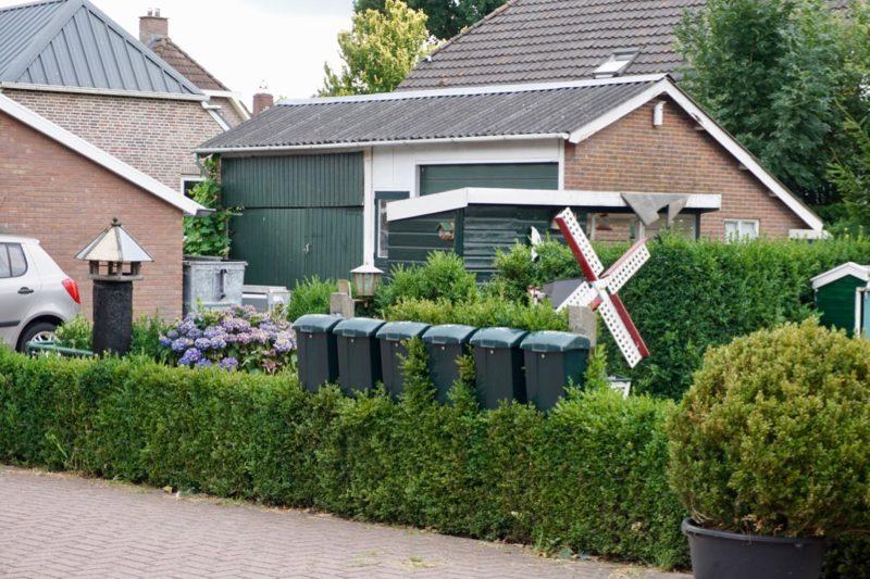 De brievenbussen aan de weg in Staphorst