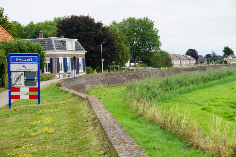 De Stenendijk is een gemetselde zeewering bij Hasselt