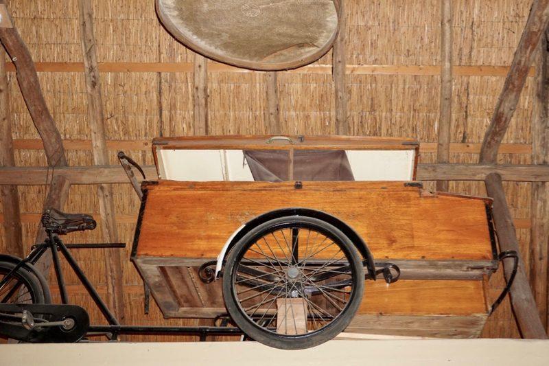 De bakfiets voor het bezorgen van brood en banket in het Bakkerijmuseum te Hattem