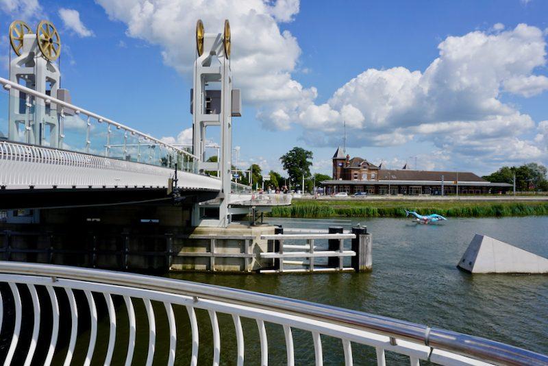 Wachtplaatsen voor de voetgangers aan de Stadsbrug van Kampen