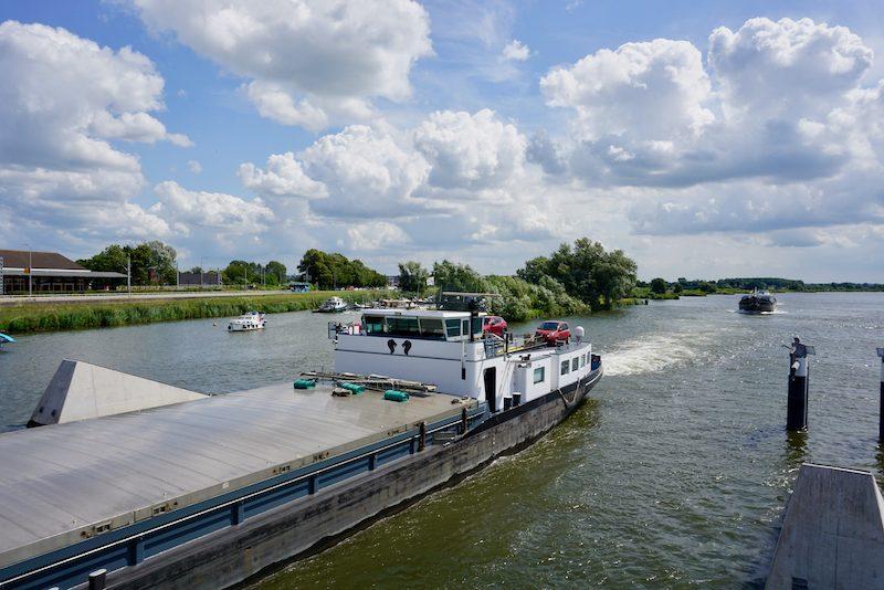 Brugopening van de Stadsbrug bij Kampen voor de beroeps
