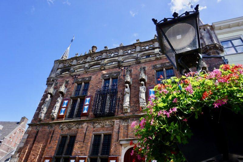 Het oude stadhuis van Kampen met de schepenkamer