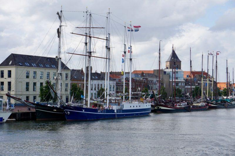 Zeilcharter voor de IJsselkade in Kampen