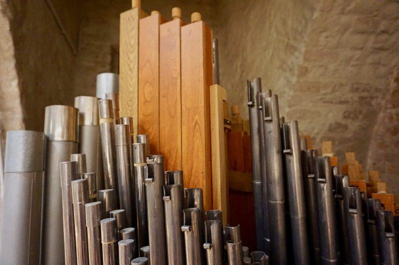 Verschillende orgelpijpen in het Orgelmuseum te Elburg