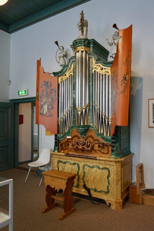 Een mooi versiert huisorgel in het Orgelmuseum van Elburg
