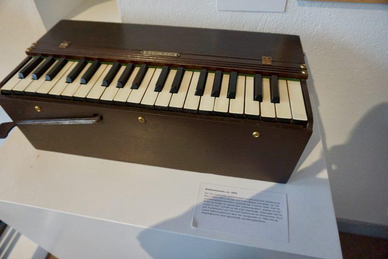 Kistharmonium uit 1896 van Joh. de Heer in het Orgelmuseum van Elburg