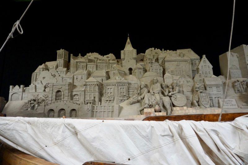 Silhouet van de stad Elburg in zandsculptuur