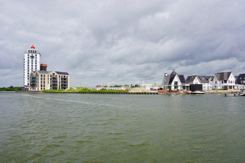 Een in het oog springend appartementengebouw bij de haveningang van Harderwijk