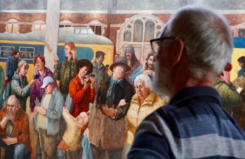 De kunstenaar Marius van Dokkum aan het werk in het museum