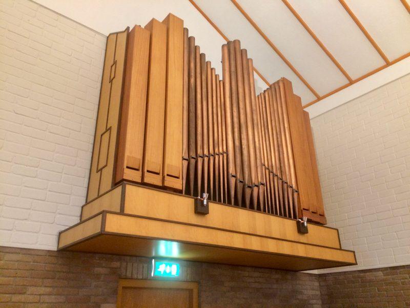 Orgelfront in het kerkgebouw van de CGK-Naarden